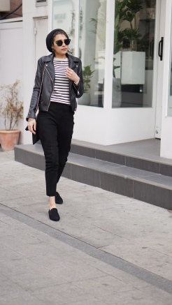 muslim_woman_on_street_in_seoul_wearing_turban_black_trousers_breton_stripes_leather_jacket