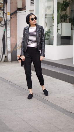 woman_wearing_black_trousers_breton_stripe_top_leather_jacket_and_hijab_on_street_in_seoul