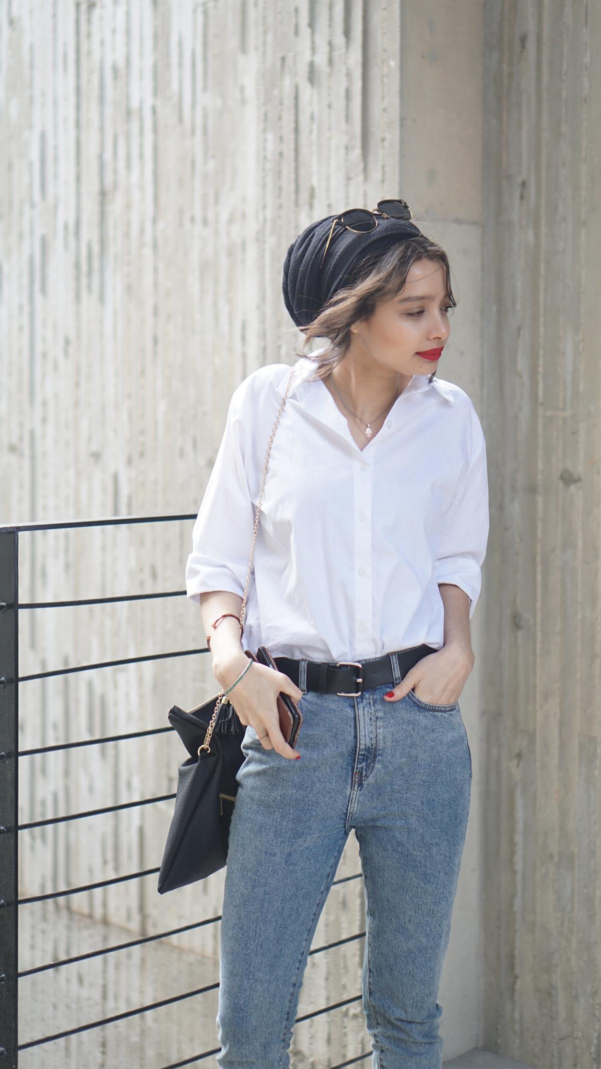 hijab_woman_waering_capsule_wardobe_items_white_shirt_blue_jeans