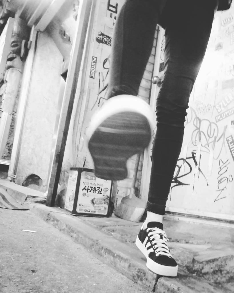 seoul_street_style_adidas_sneakers_black_skinny_jeans